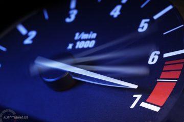 Drehzahlenzeige beim Auto auf einem maximalen Wert