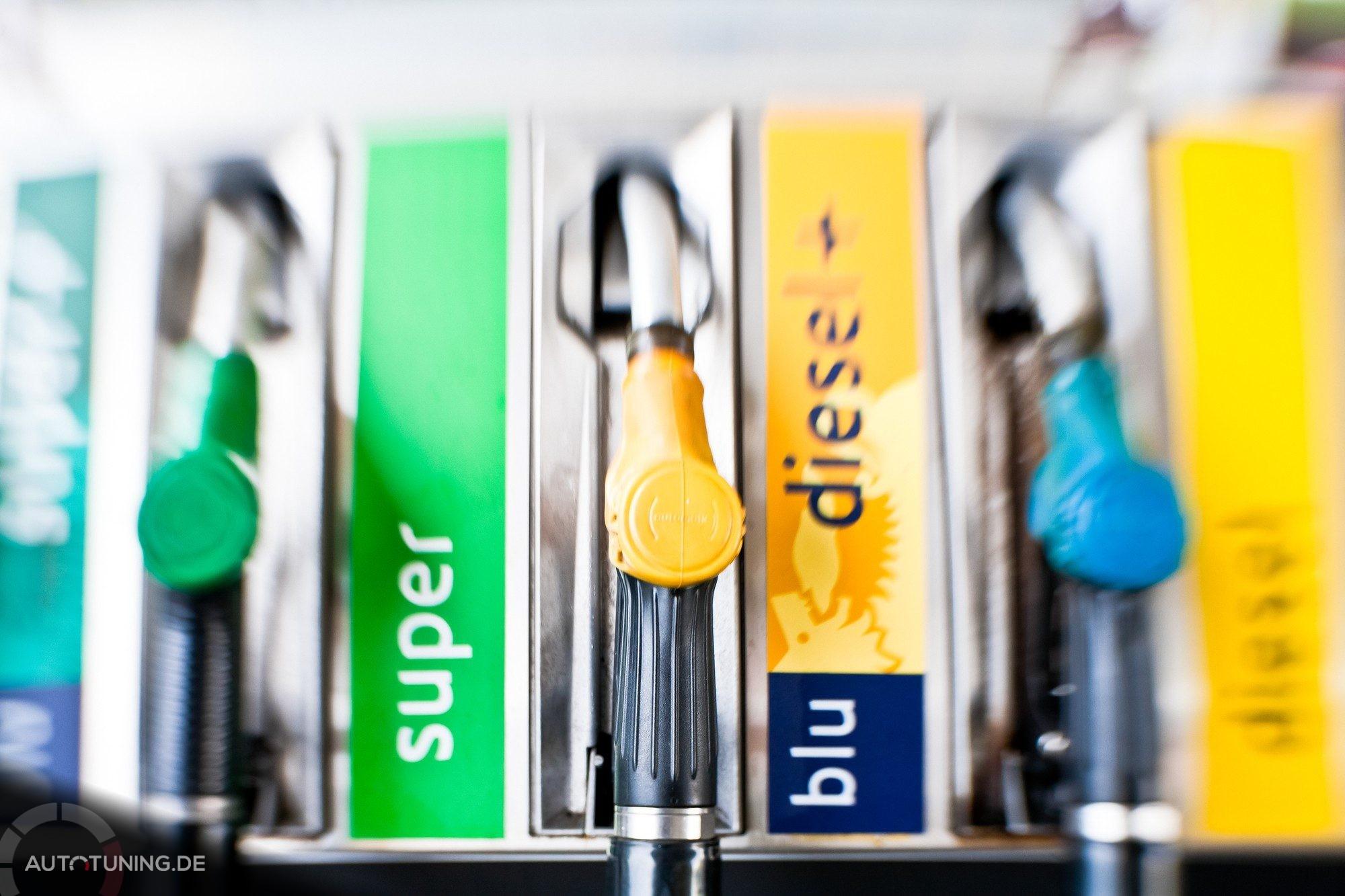 Verschiedene bunte Zapfhähne an einer Tankstelle