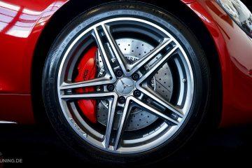 Nahaufnahme eines Rades mit rotem Bremssattellack