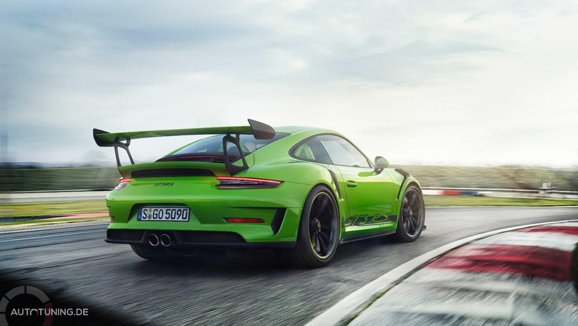 Heckansicht des grünen GT3 RS 2018 auf einer Rennbahn beim Fahren