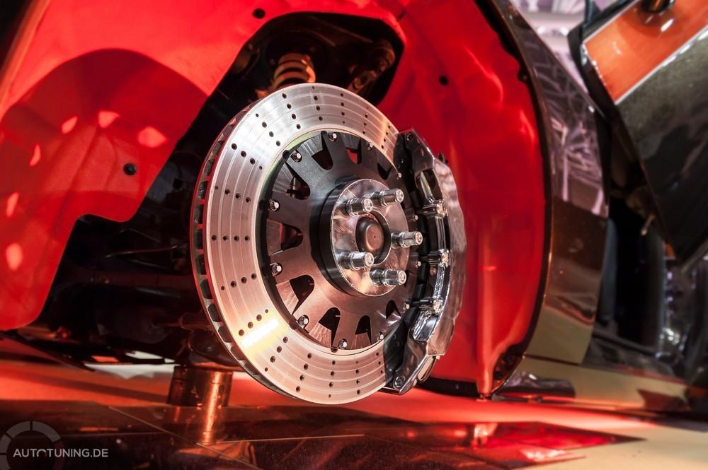 Hochleistungs-Bremsanlage an einem roten Fahrzeug, nach Entnahme des Rades