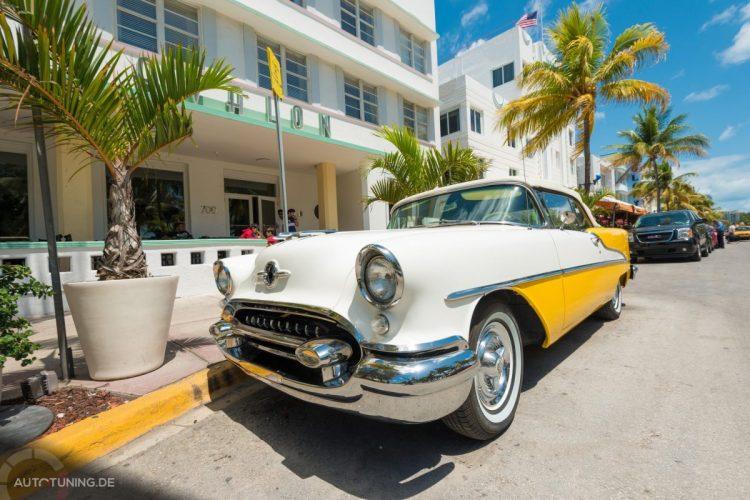 Weiß-Gelber Oldtimer in den Straßen von Miami an sonnigem Tag