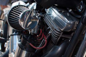 Nahaufnahme eines Luftfilters an einem Harley-Davidson Motorrad.
