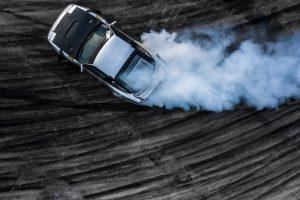 Auto am driften, Ansicht von oben, Reifenspuren