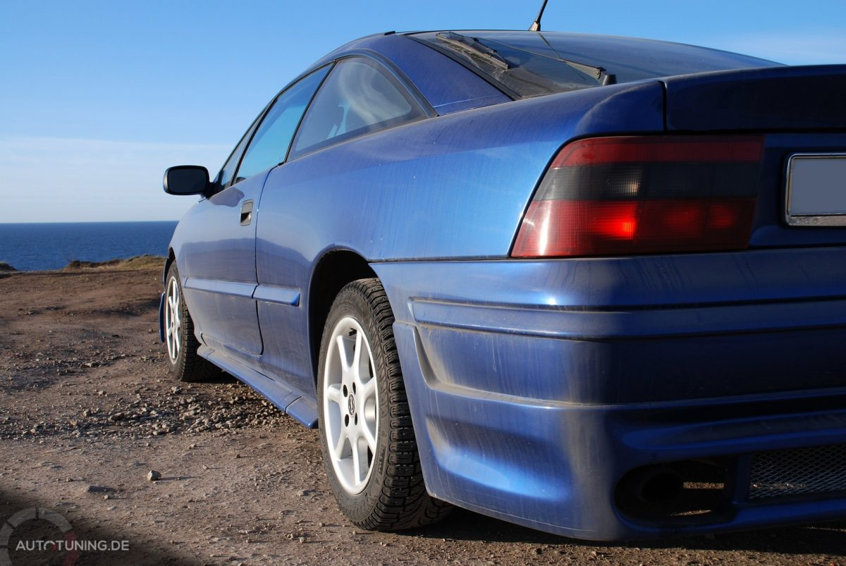Seitliche Heckansicht eines Opel Calibra Turbo 4x4