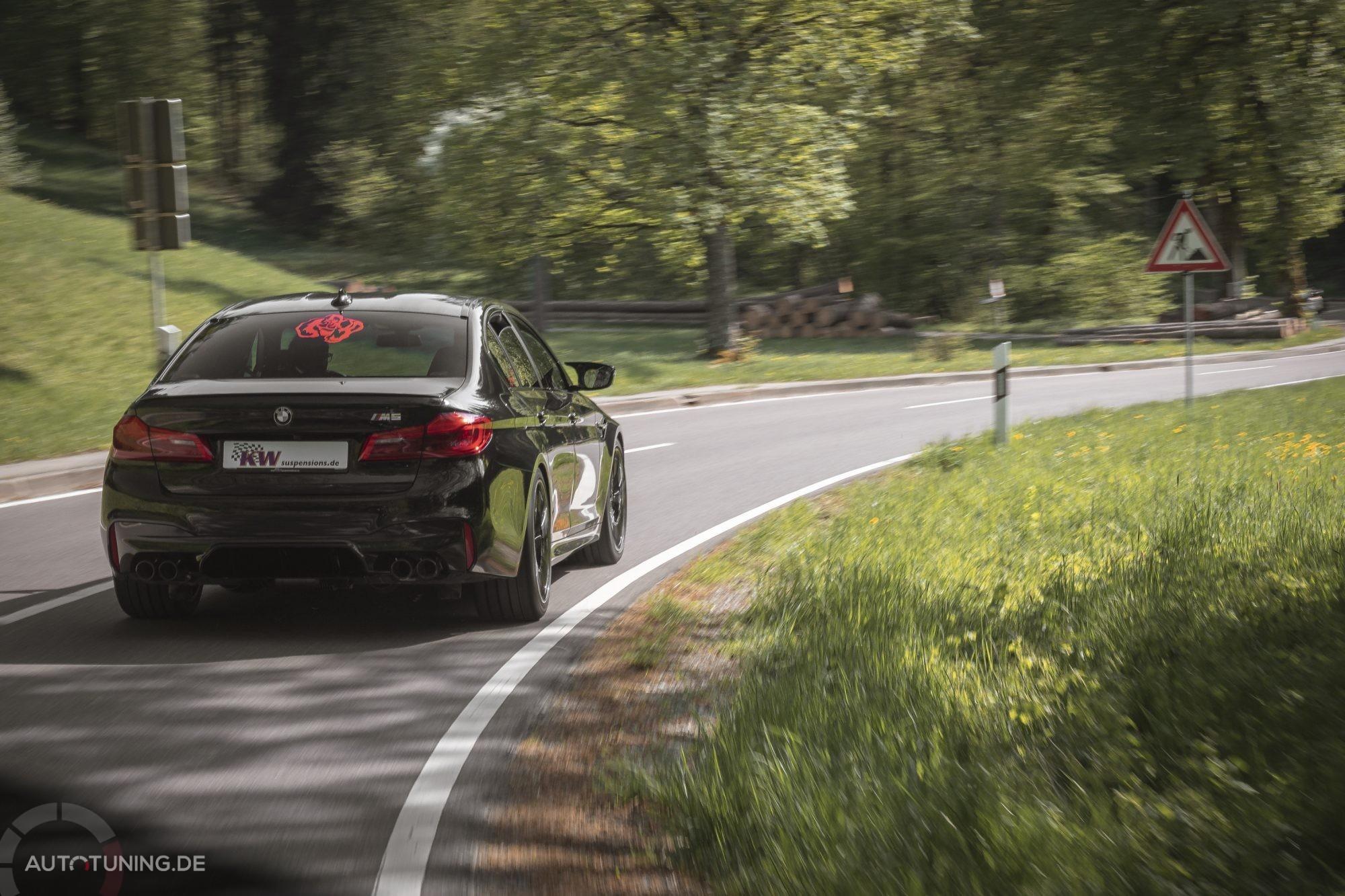 Heckansicht BMW M5 F90 Kurvenfahrt