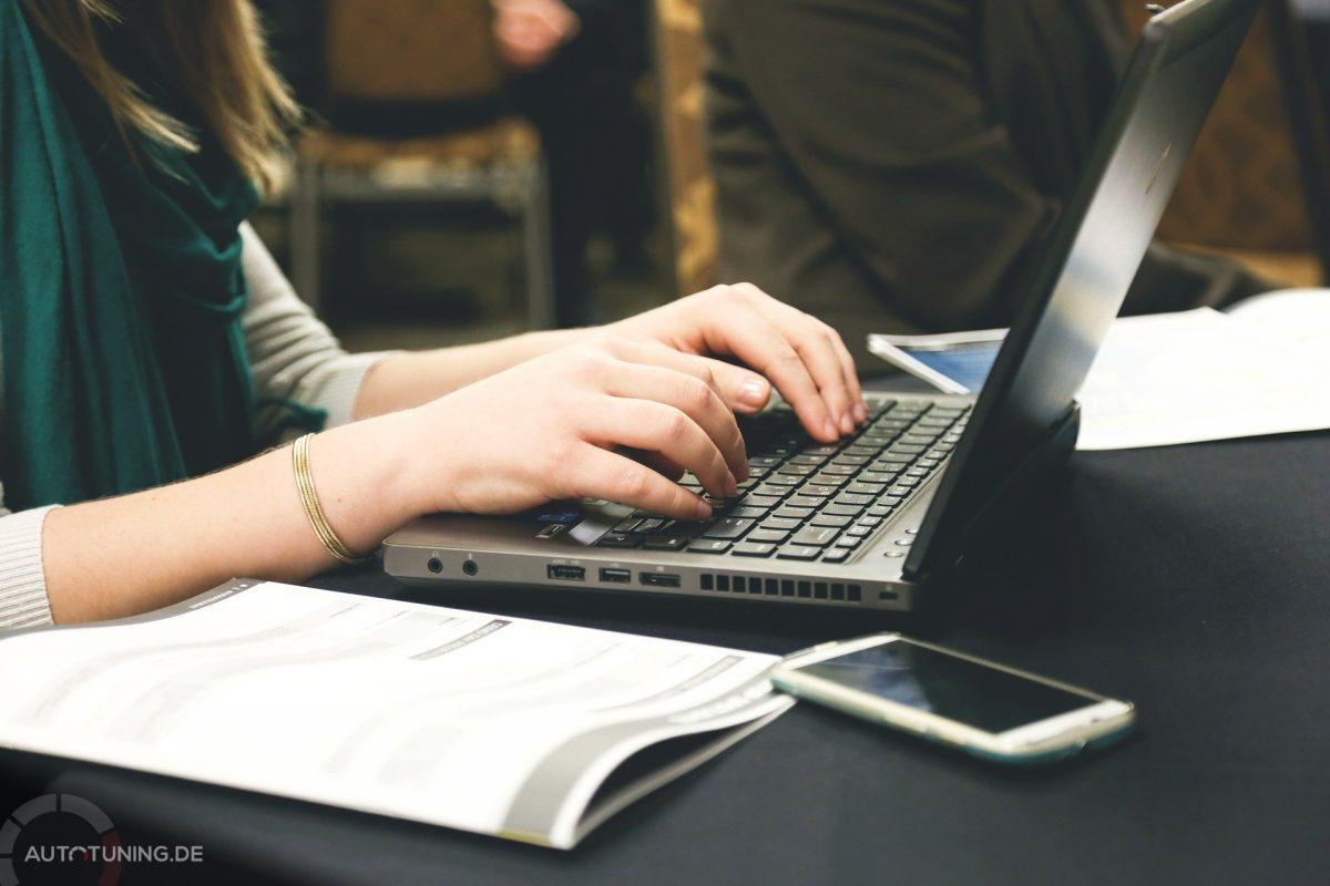 Laptop auf Tisch, Online KFZ zulassen