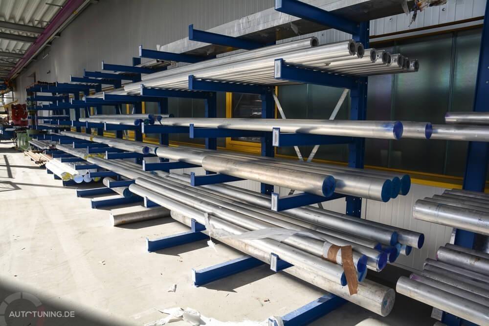 Rohmaterial eines Gewindefahrwerks wird vor den Produktionshallen gelagert