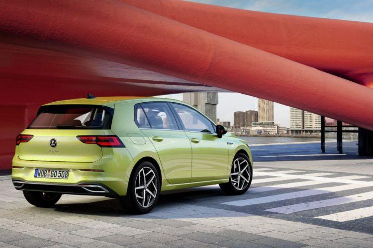 Heckansicht und seitliche Ansicht des neuen VW Golf 8