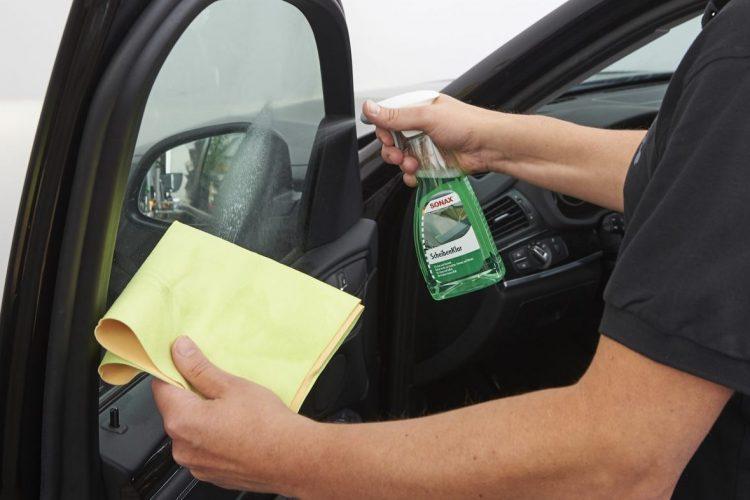 Reinigung der Autoscheiben